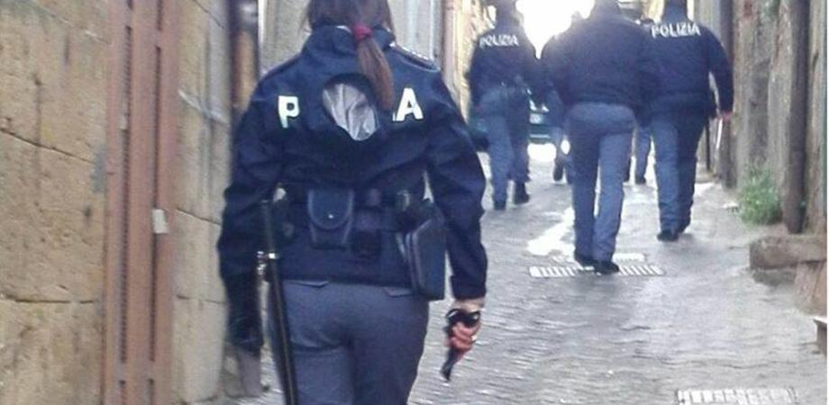 Caltanissetta, fugge alla vista dei poliziotti gettando in aria la droga. Una volta bloccato tenta di liberarsi: arrestato
