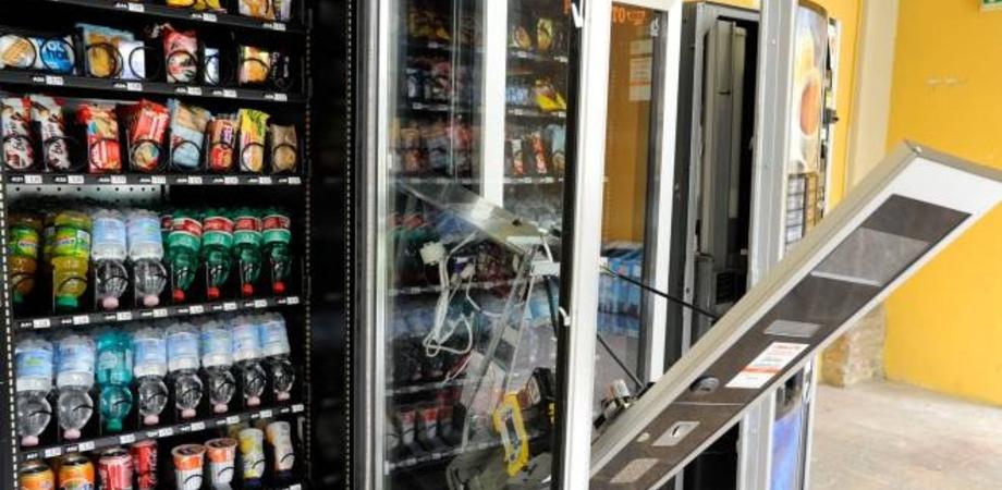 Caltanissetta, effettuavano furti ai distributori automatici utilizzando una sbarra di ferro: denunciati due giovani