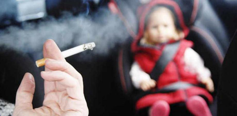 Sorpresa a fumare in auto accanto al figlio di 18 mesi: mamma multata dalla Polizia Stradale
