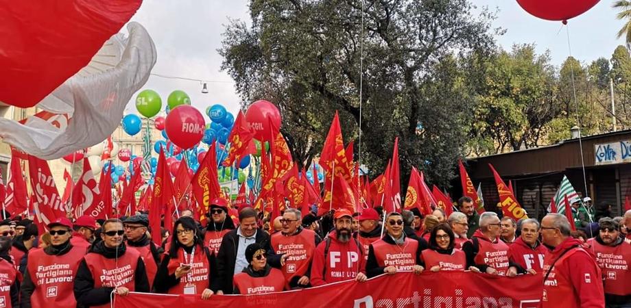 """Centinaia di lavoratori nisseni sono partiti alla volta di Roma per dire """"no"""" alle politiche del Governo"""