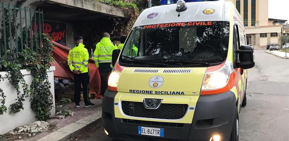 Gela, senzatetto soccorso dalla Procivis: stava male ed è stato trasferito in ospedale