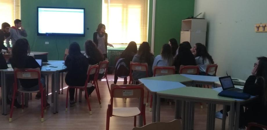 """Caltanissetta, liceo """"R. Settimo"""" : studentesse partecipano ad un corso di formazione per la creazione di App"""