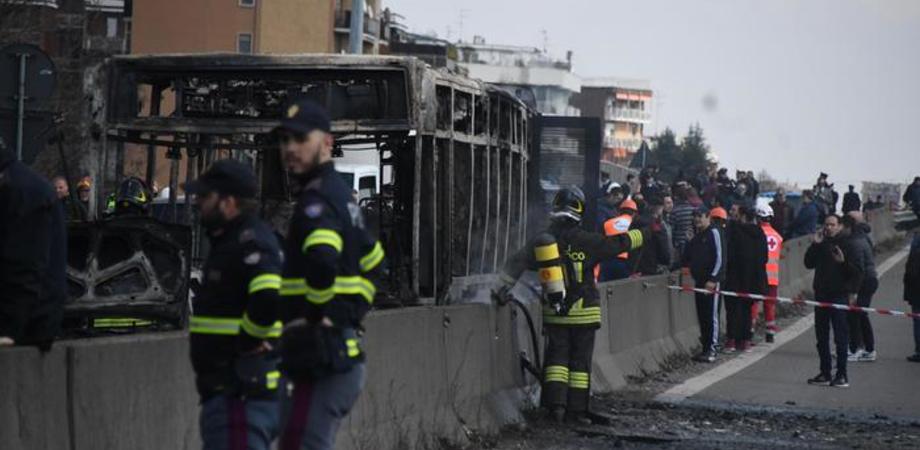 Terrore sul bus nel milanese: sequestra 51 bambini poi dà fuoco al mezzo