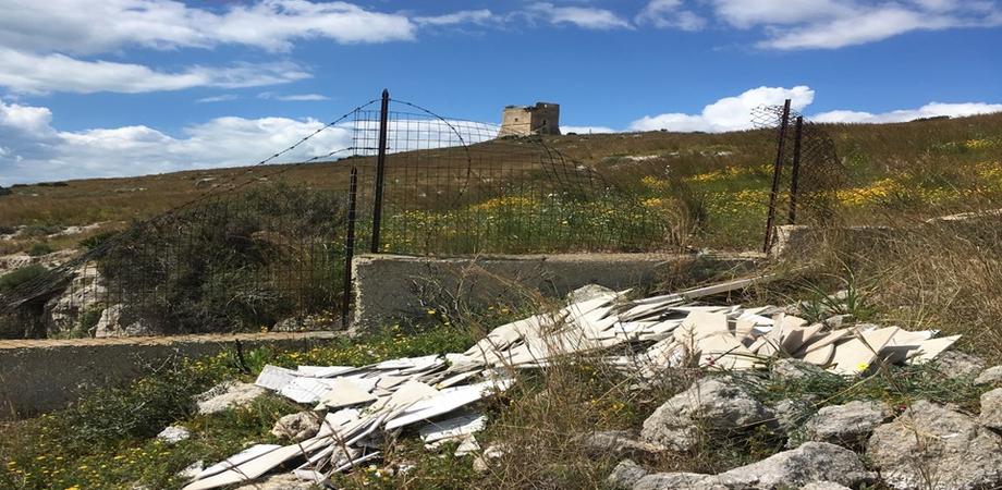 Gela, sorpreso a gettare rifiuti vicino la Torre di Manfria: scatta una multa da 600 euro