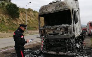 https://www.seguonews.it/tir-in-fiamme-nei-pressi-di-niscemi-il-conducente-tenta-di-spegnere-il-fuoco-e-rimane-ustionato