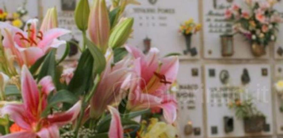 Vile atto vandalico a Gela, rubano i fiori sulla tomba della giovane Vittoria Caruso e danneggiano i vasi