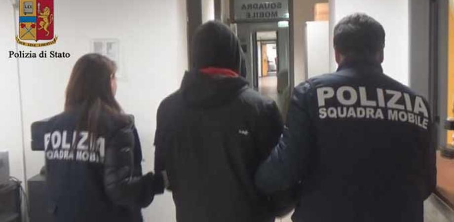 Deteneva centinaia di foto e immagini pornografiche e chattava con bambine: arrestato un ragioniere