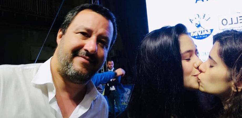 Caltanissetta, due ragazze chiedono un selfie a Salvini e poi scatta il bacio ... lesbo