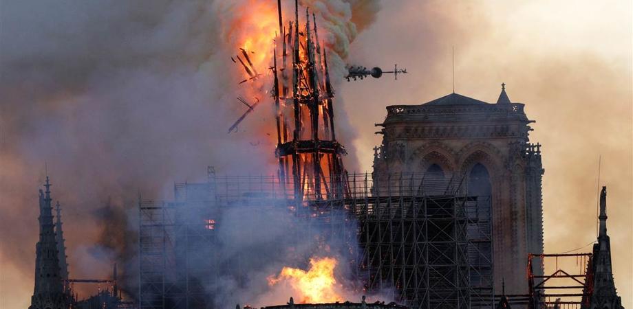 Brucia Notre Dame, collassato il tetto. Parigi in ginocchio, le immagini fanno il giro del mondo
