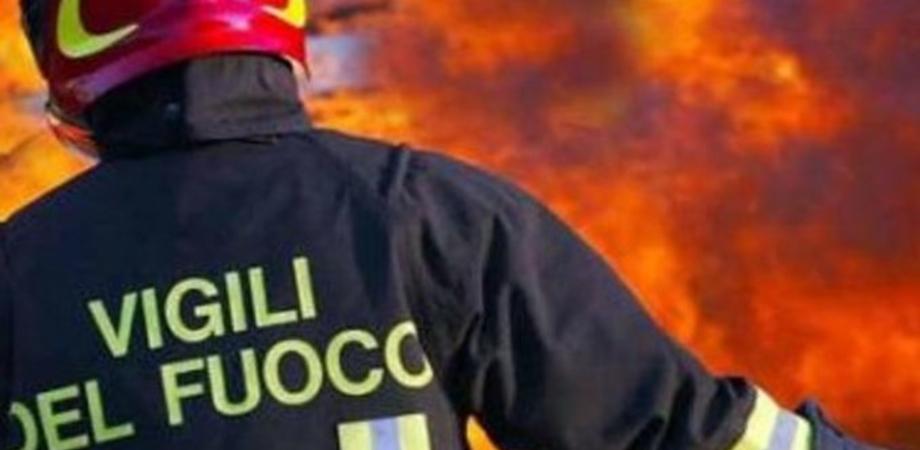 Gela, incendio nei pressi del tribunale: rogo distrugge un container antistante un distributore di benzina