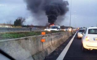 Veicolo in fiamme fra Mulinello ed Enna, traffico paralizzato: vigili del fuoco e polizia a lavoro