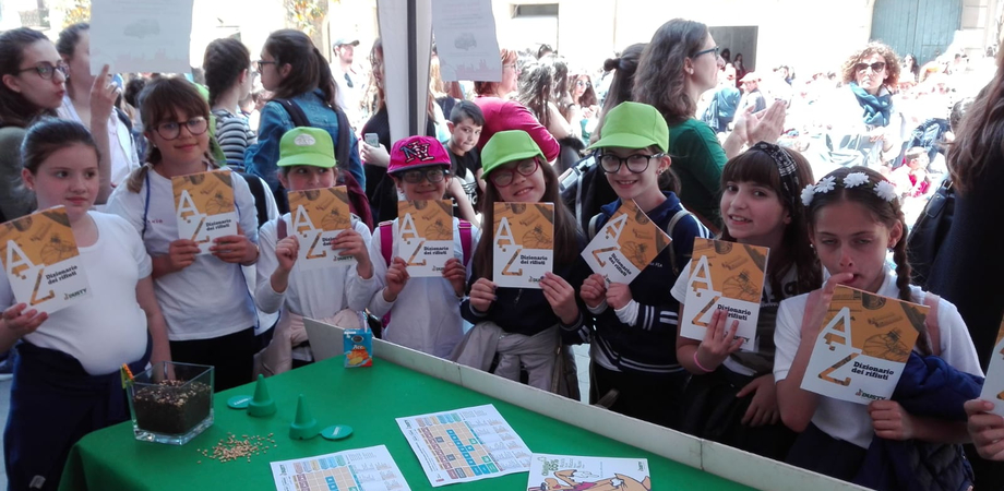 Raccolta differenziata, centinaia di bambini di Caltanissetta allo stand della Dusty per ritirare i dizionari sui rifiuti