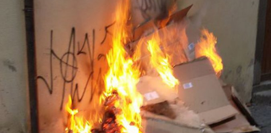 Ancora un attentato incendiario a Gela, fiamme alla saracinesca di un supermercato
