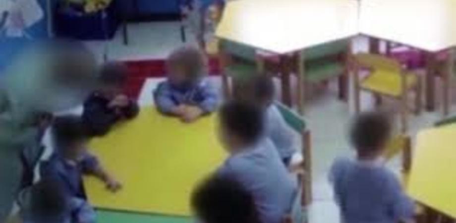 Bimbi picchiati e strattonati a terra, sospesa per due mesi una maestra d'asilo di Nicosia