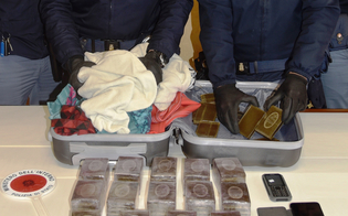 https://www.seguonews.it/caltanissetta-in-giro-con-8-chili-di-hashish-dentro-un-trolley-25enne-arrestata-dalla-polizia