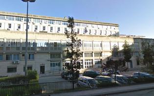 http://www.seguonews.it/caltanissetta-tenta-di-gettarsi-dal-secondo-piano-del-palazzo-di-giustizia-interviene-la-polizia