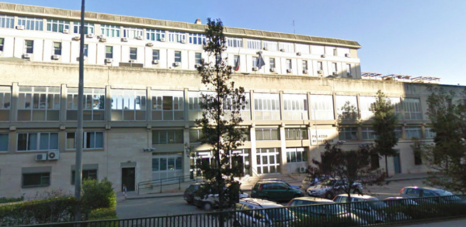 Caltanissetta, minaccia di gettarsi dal secondo piano del Palazzo di Giustizia: interviene la polizia