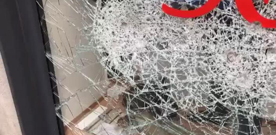 Gela, sfondata la vetrina di un negozio: i ladri portano via alcuni capi di abbigliamento griffati