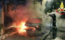 Caltanissetta, incendiata auto di un fruttivendolo: a fuoco anche altre quattro auto posteggiate nelle vicinanze