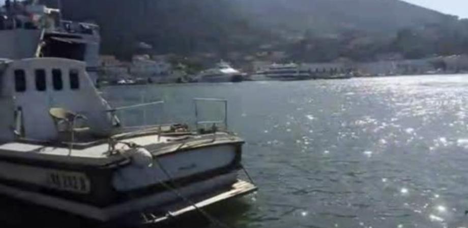 Traghetto si incaglia nel porto di Ischia. Nave bloccata per più di due ore, auto e passeggeri evacuati