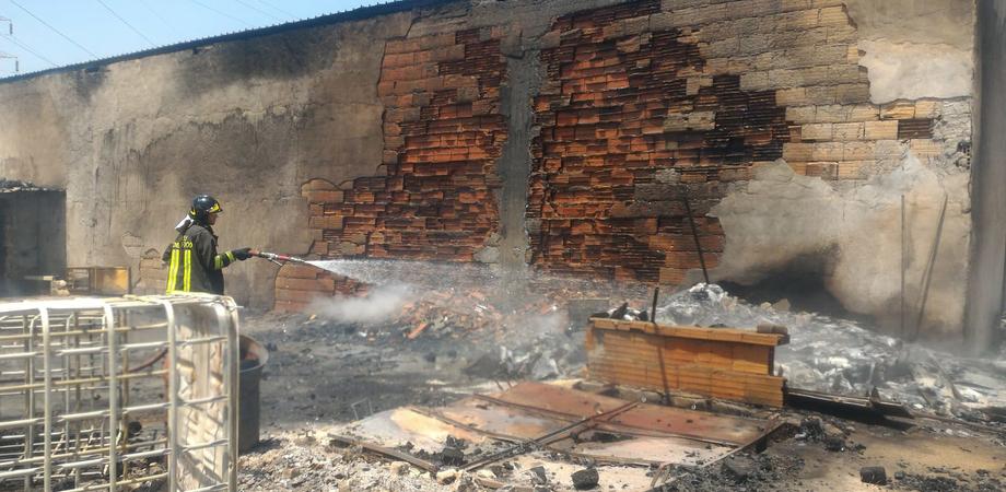 Gela, incendio in un capannone sulla Ss 117: rogo distrugge cinque mezzi. Messe in sicurezza cinque bombole di gas