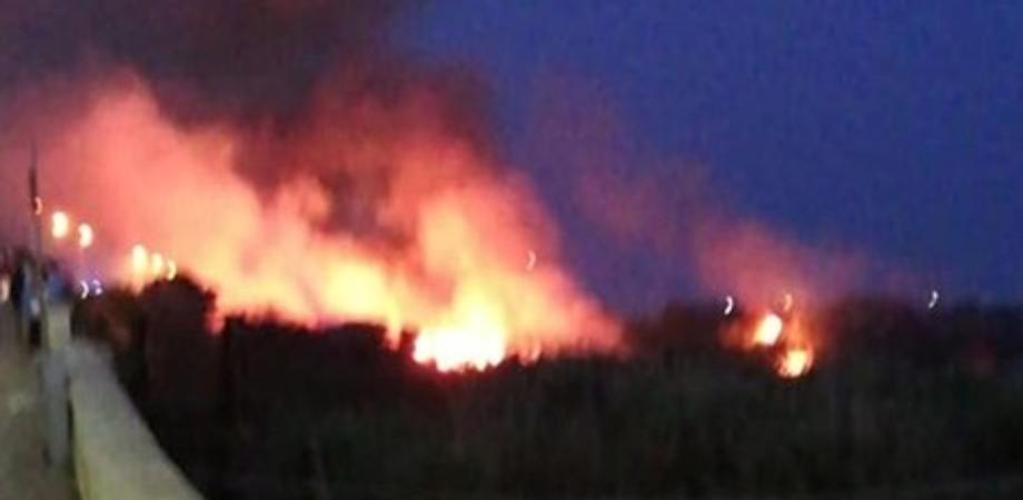 Gela, da ore brucia una parte del litorale: sul posto vigili del fuoco e protezione civile