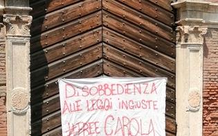 http://www.seguonews.it/freecarola-striscione-appeso-sul-portone-di-un-palazzo-per-esprimere-solidarieta-alla-capitana