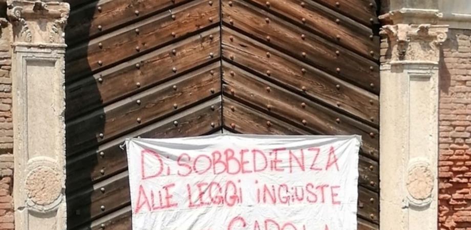 #freeCarola, striscione appeso sul portone di un palazzo per esprimere solidarietà alla capitana