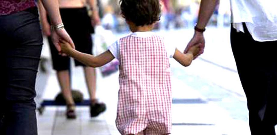 Adozioni a single e coppie di fatto: la Cassazione dà l'ok. Non conta neanche la grande differenza di età con il minore o l'handicap fisico