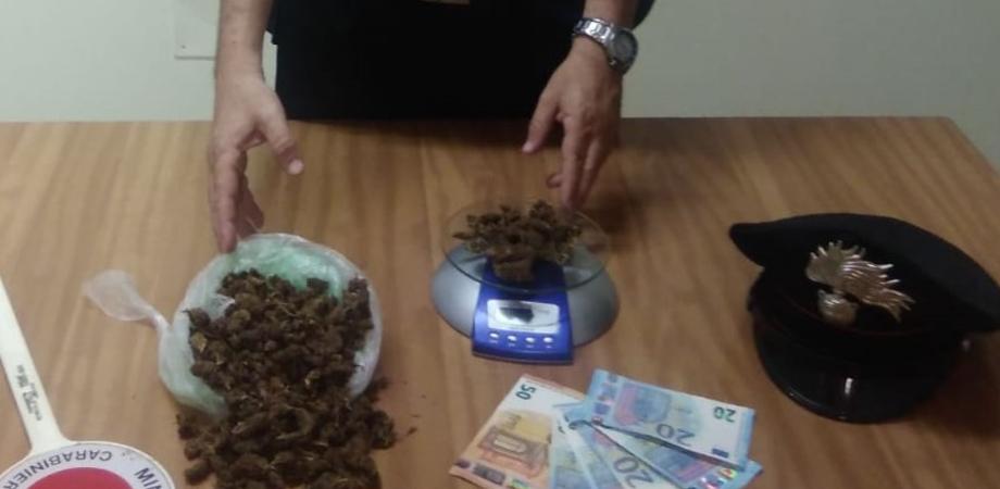In giro per la città con un involucro di marijuana: arrestati due niscemesi
