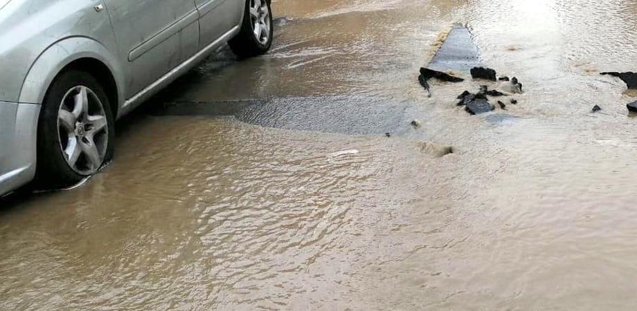 Perdita d'acqua a Niscemi mette a rischio la viabilità: interrotta la distribuzione