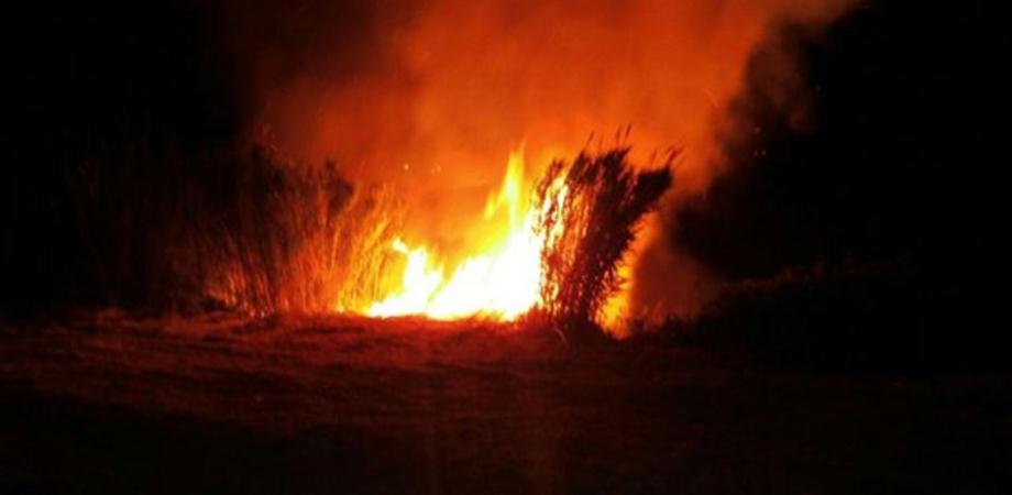 Sorpreso con l'accendino in mano ad incendiare sterpaglie, denunciato a Gela un piromane