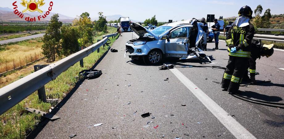 Scontro sulla Palermo-Catania: muore una donna, altri tre feriti. Primi soccorsi prestati da un medico che si trovava sul posto