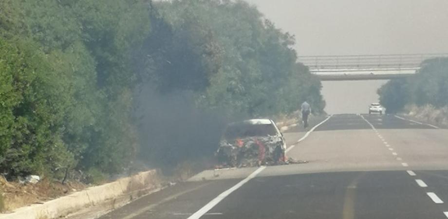 Auto in fiamme sulla statale Gela - Caltanissetta, incendio distrugge una Bmw: traffico paralizzato