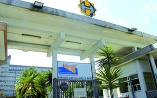 Tetto sprofonda e l'operaio precipita: trasportato in gravissime condizioni all'ospedale Sant'Elia