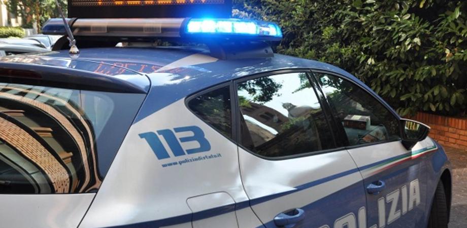 Caltanissetta, seduto su una panchina alla vista dei poliziotti getta la marijuana: segnalato