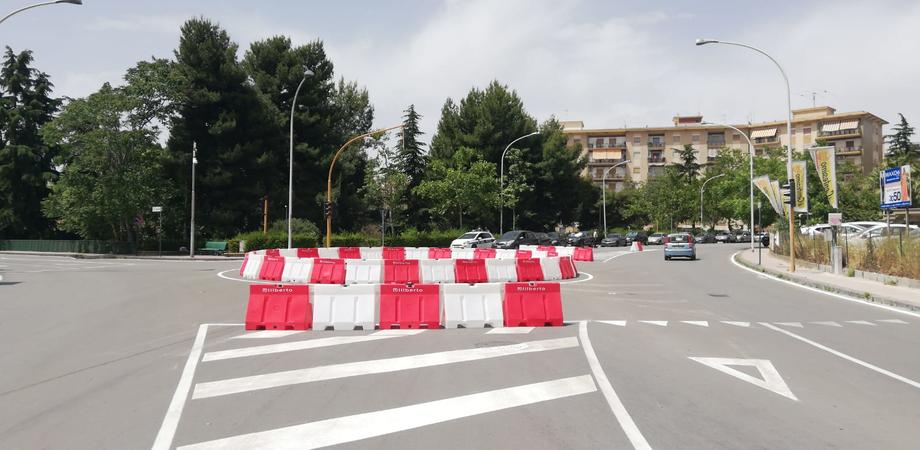 Caltanissetta, in via Guastaferro la rotatoria installata è provvisoria: centralina da riprogrammare per i semafori led
