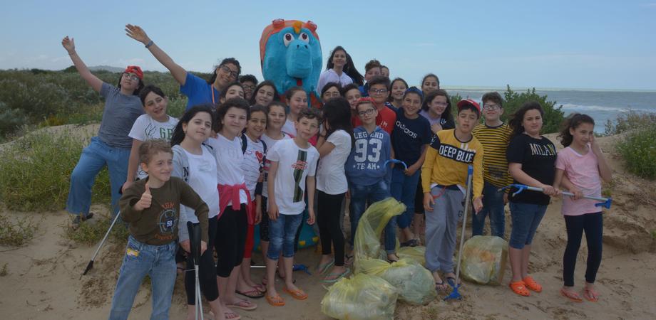 """Marina di Butera, tratto di spiaggia ripulito dagli alunni dell'istituto """"Santa Caterina - Resuttano"""""""