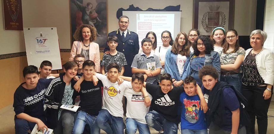 """Caltanissetta, studenti della scuola """"Carducci"""" di San Cataldo in visita alla Questura"""