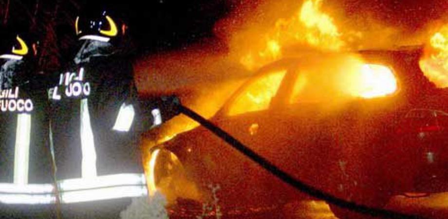 Gela, auto in fiamme nella notte: a fuoco la Fiat Bravo di un pensionato