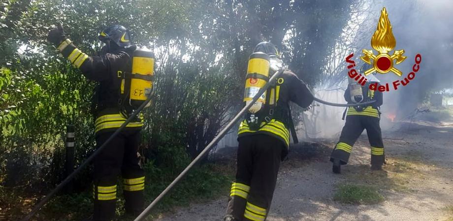 Gela, vasto incendio a Macchitella tra la spiaggia e le abitazioni