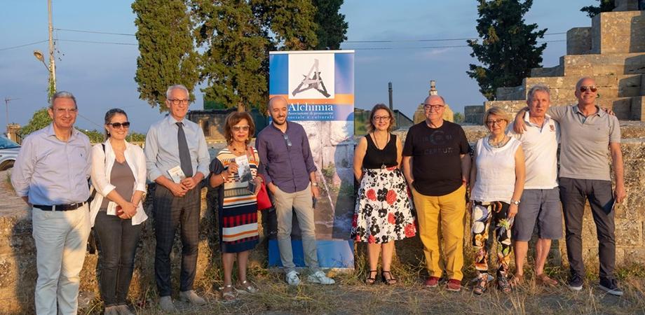 """Italia Nostra Caltanissetta: """"La presentazione di 'Dialoghi d'Alchimia' tra erbacce, fili, pali e antenne"""""""