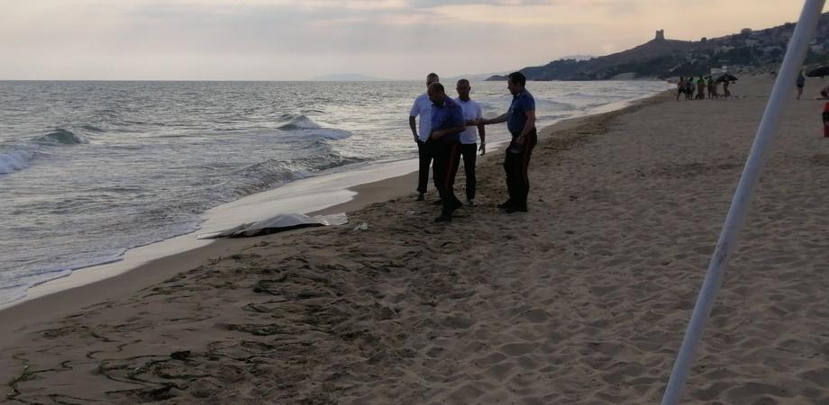 Rinvenuto sulla spiaggia di Gela il corpo mutilato di un uomo, forse si tratta di un migrante