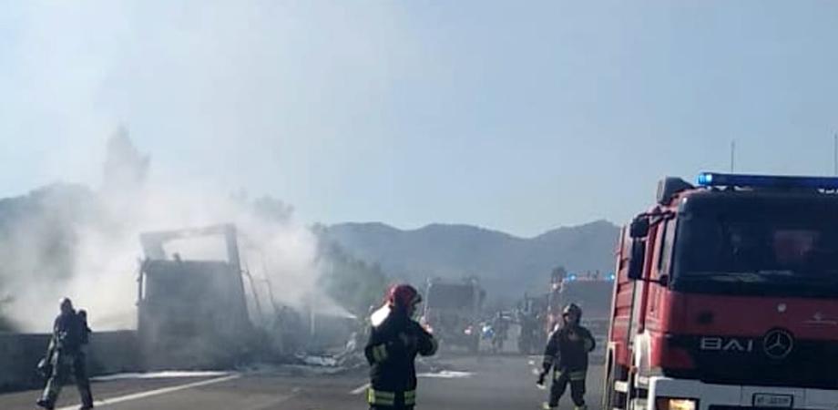In fiamme sulla Caltanissetta - Gela cisterna che trasportava vino: traffico bloccato sulla SS 626