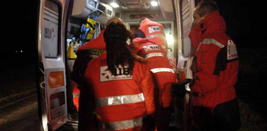 Caltanissetta, trovato in strada sanguinante: giovane trasportato in pronto soccorso per una ferita da taglio