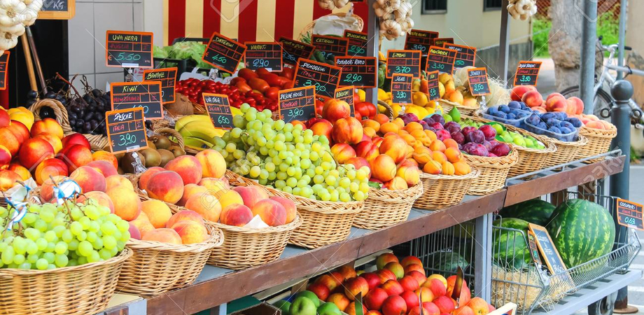 Gela, tir esce fuori strada e distrugge bancarella di frutta e verdura