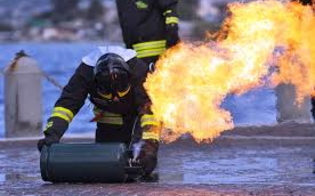 http://www.seguonews.it/gela-casalinga-lancia-una-bombola-in-fiamme-da-secondo-piano-sfiorata-la-tragedia