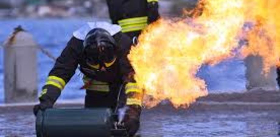 Gela, casalinga lancia una bombola in fiamme dal secondo piano: sfiorata la tragedia