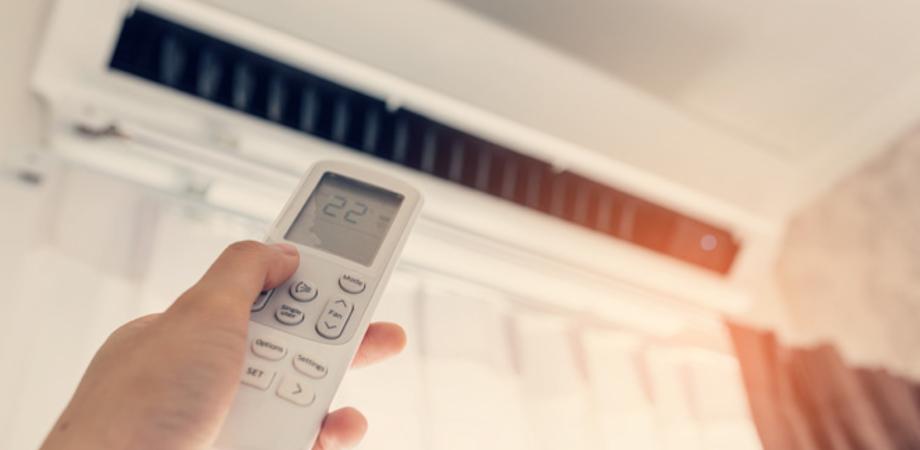 L'esperto risponde: l'aria condizionata accesa mentre si dorme fa male