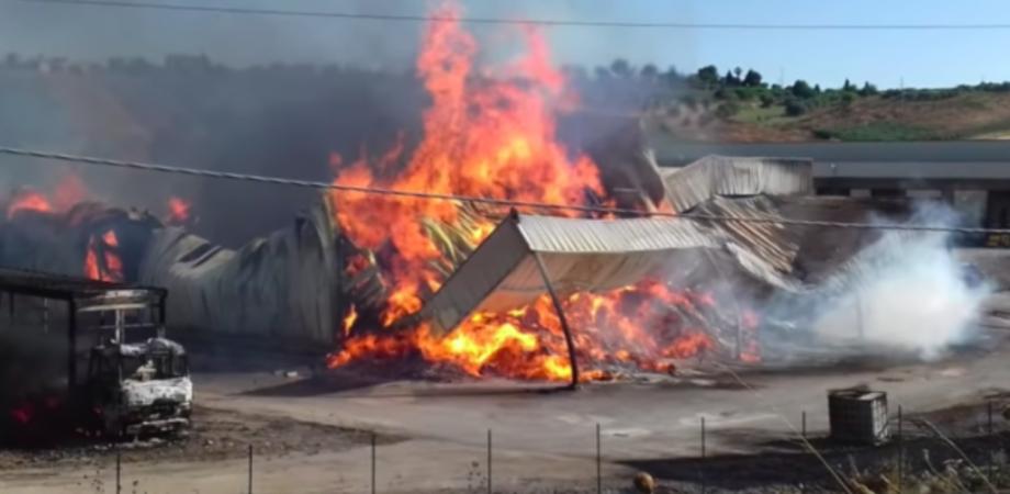 Incendio distrugge un capannone di imballaggi a Grottarossa, mistero sul rogo